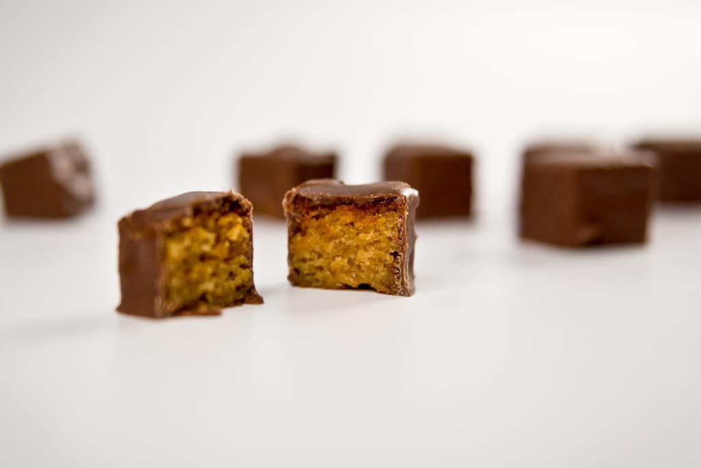 Bombones con bizcocho y chocolate