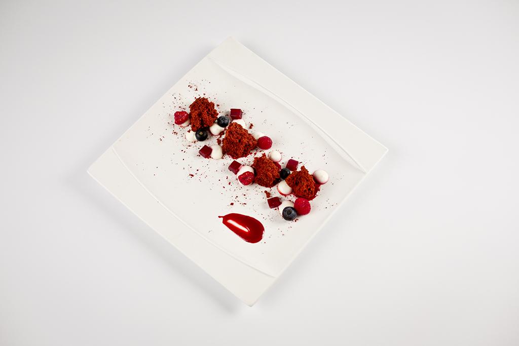 Postre de Red Velvet con Coulis